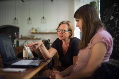 Henriette advises Verena Henners on her graphics and maps.